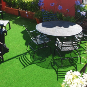 synthetic grass for outdoor living