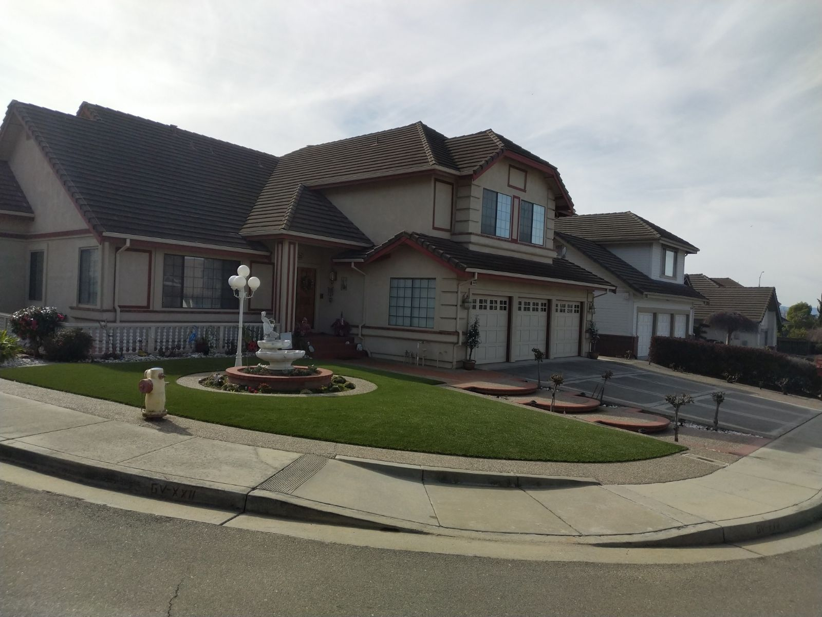synthetic turf installed in the front lawn of a Fremont, California Lawn